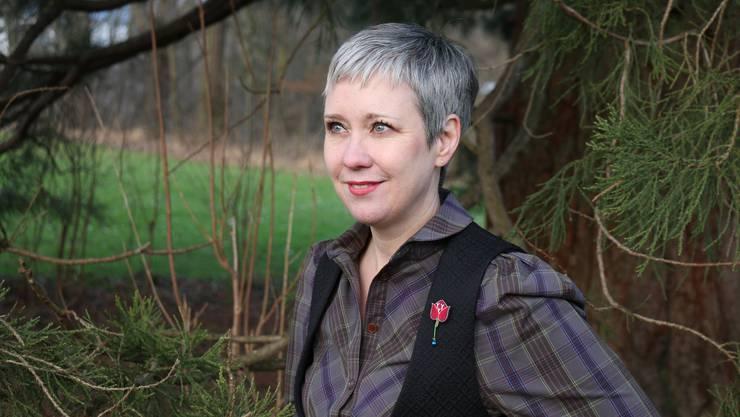 Sie erzählt Geschichten aus längst vergessenen Zeiten: Sibylle Baumann (48) unter einem Mammutbaum am Marmoriweiher.