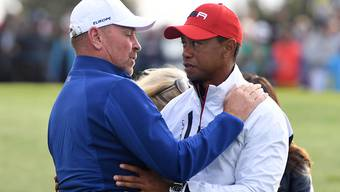 Schöne Geste: Europas Ryder-Cup-Captain Thomas Björn schenkt dem schwer geschlagenen Tiger Woods Trost
