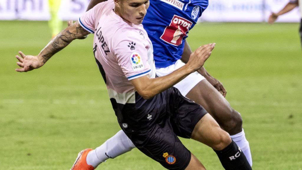 Blessing Eleke wird von Espanyols Lluis Lopez vom Ball getrennt