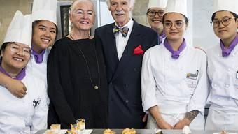 Irma Dütsch und Anton Mosimann umringt von Studentinnen des Kochlabors.