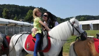 Grosser Tag für die 6-jährige Aida: Sie durfte Géraldine Knie treffen und trotz Gipsbein auf einem Pony reiten.