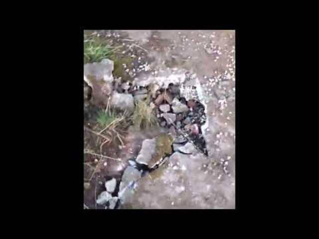 Dieses (längere) Video zeigt das Ausmass des Blitzeinschlages: Gesprengte Felsen und verkohlter Sicherungskasten und Steckdose.
