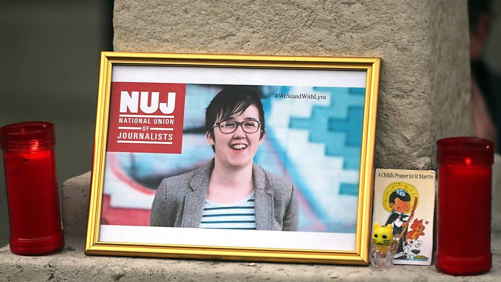ARCHIV - Kerzen stehen neben dem Bild der Journalistin Lyra McKee, die während der Unruhen in Londonderry am 18. April 2019 erschossen wurde. Rund zweieinhalb Jahre nach dem Tod der Journalistin Lyra McKee in Nordirland sind zwei Männer wegen Mordes angeklagt. Foto: Niall Carson/PA Wire/dpa