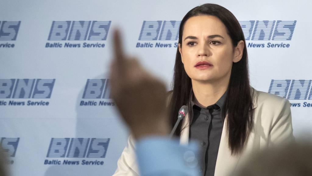 Swetlana Tichanowskaja, ehemalige Kandidatin für die Präsidentschaftswahlen in Belarus, hört während einer Pressekonferenz in Litauen der Frage eines Journalisten zu. Foto: Mindaugas Kulbis/AP/dpa