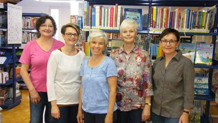 Das Team der Bibliothek Laupersdorf im Jubiläumsjahr: v.l. Beatrice Wicki, Gaby Schaad, Rita von Burg, Maria Kunzelmann und Regula Bader (Leiterin der Bibliothek).