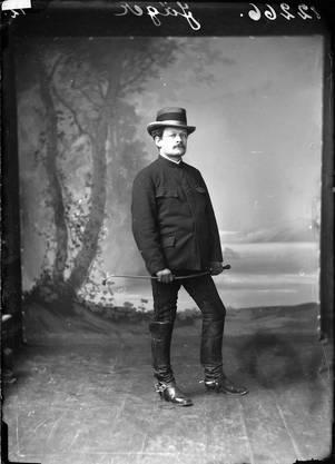 Porträt von Bezirkslehrer, Nationalrat, Stadtammann und Verleger Josef Jäger mit Reitkleidung und Peitsche, aufgenommen 1890.