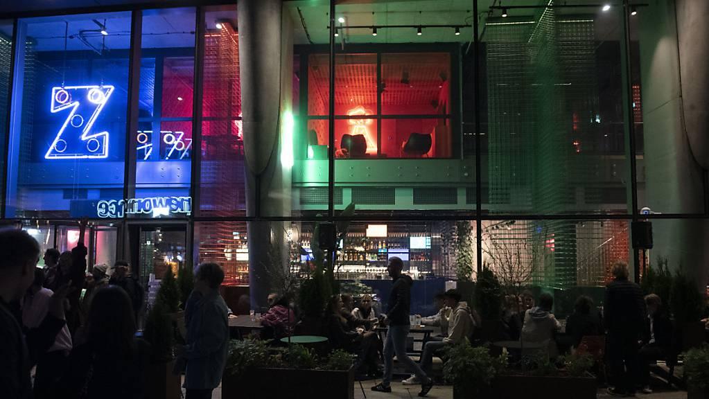 Menschen sitzen vor einer Bar in Warschau. Seit heute ist in Polen die Maskenpflicht im öffentlichen Raum aufgehoben.