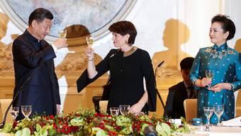 Bundespräsidentin Doris Leuthard beim Anstossen mit dem chinesischen Präsidenten Xi Jinping. Im Glas: Graine de Champion (2015) Petite Arvine aus dem Wallis.
