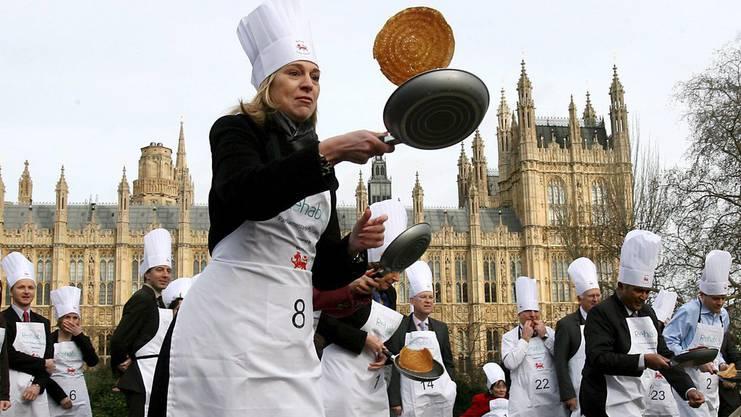 Die Briten rennen mit Pfannkuchen