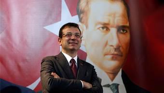 Auf dem Poster: Staatsgründer Mustafa Kemal Atatürk. Davor: Ekrem Imamoglu, der Staatschef Erdogan Paroli bieten will. AP/Keystone