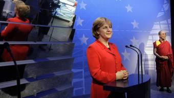 Die alte Wachsfigur von Bundeskanzlerin Angela Merkel (hier am 3. Juli 2008 neben der Figur des Dalai Lama) wird jetzt aufgearbeitet.