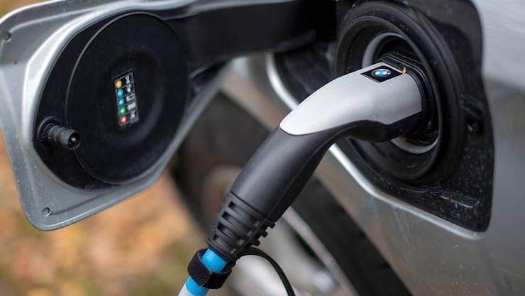 Ruinieren die Emissionen bei der Batterie-Herstellung die gesamte Klimabilanz von E-Autos? Eine Studie des PSI räumt mit diesem Vorurteil auf. (Symbolbild)
