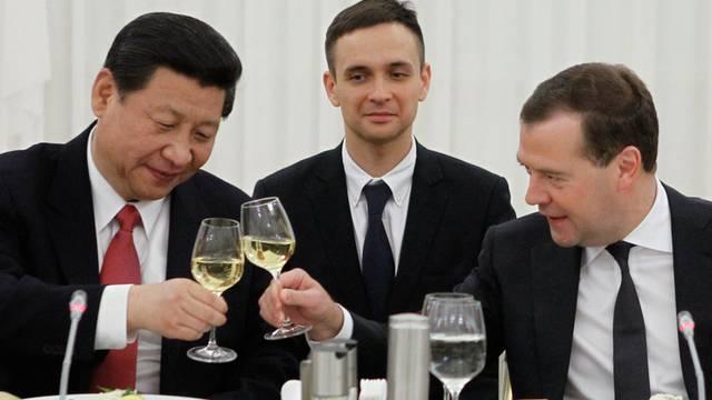 Auf eine stärkere Zusammenarbeit ihrer Länder: Xi Jinping (links) und Dmitri Medwedew