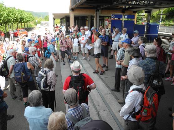 Maria Brehmer (redaktionelle Leitung Leserwandern 2017) begrüsst 166 Teilnehmerinnen und Teilnehmer in Birmensdorf