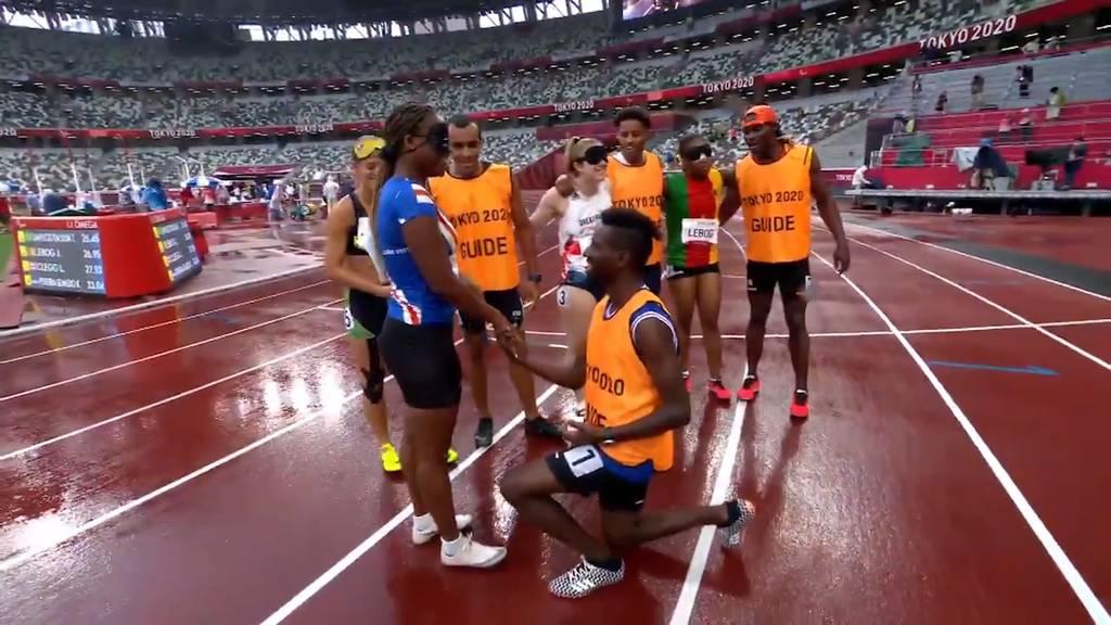 Antrag auf der Tartanbahn: Guide hält bei Paralympics um die Hand seiner Läuferin an