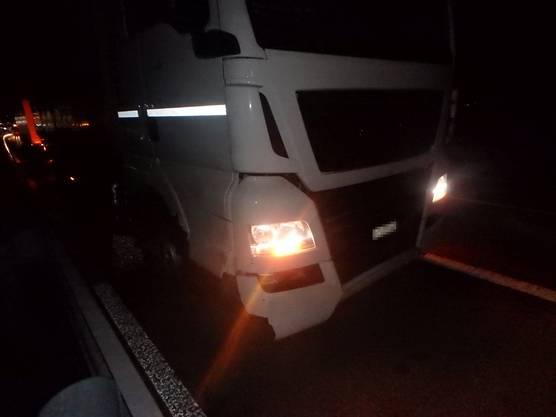 Die vier Insassen des Bergungs- resp. Pannenfahrzeuges wurden dabei leicht verletzt.