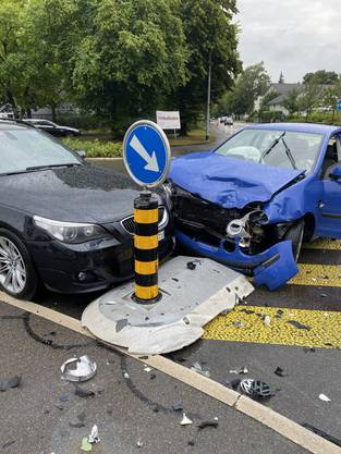 Wohlen AG, August 5: In the area of two junctions there was an accident with considerable sheet metal damage. One of the three car drivers involved was slightly injured.