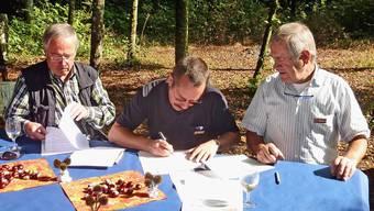 Nutzungsvereinbarung für Bergwerkareal Herznach unterschrieben: Hans Reimann, der Präsident Eisen- und Bergwerke, Peter Scheuble und Ueli Hohl. (ghi)