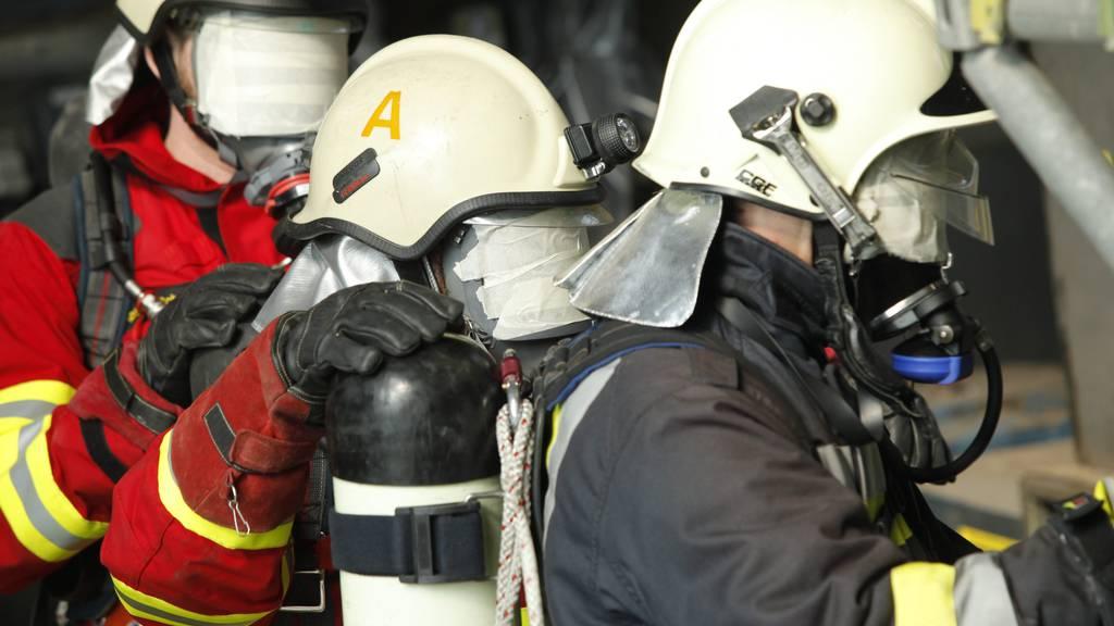 Die Feuerwehr musste im Gebäude Atemschutzmasken tragen. (Symbolbild)
