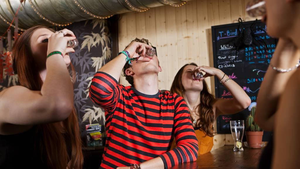 Testkäufe zeigen: Junge kommen zu leicht an Alkohol