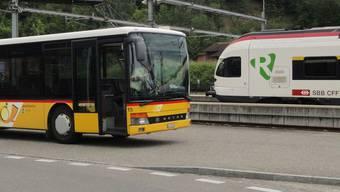 Verkehrsdrehscheibe im oberen Fricktal: Bus und Bahn stehen am Bahnhof Frick zur Verfügung.