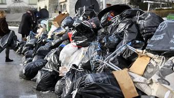 Die Müllabfuhr fand am 2. Januar 2018 - wie hier in Siders - Berge von gebührenfreien, schwarzen Abfallsäcken an den Sammelstellen vor.