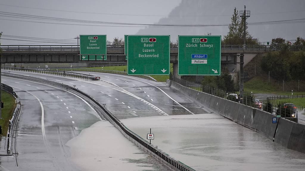 Die Polizei hat die Sperrung der Autobahn A-2 zwischen Beckenried und Erstfeld wieder aufgehoben, nachdem sich die Lage im Laufe des Samstags entspannt hatte und die Autobahn vom Hochwasser geräumt worden war.