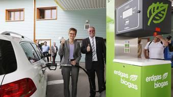 Sabine Pegoraro weiht die erste Erdgas-Biogas-Tankstelle im Oberbaselbiet ein.