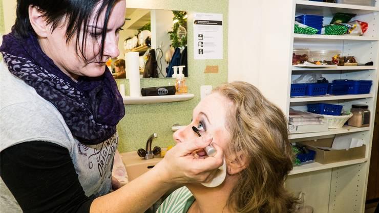 Nadine Frey schminkt Barbara Schroeder zur Baronin Adelaide.