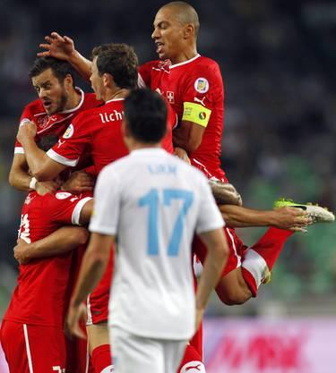 Die Schweizer Spieler feiern ihr erstes Tor gegen Slowenien.