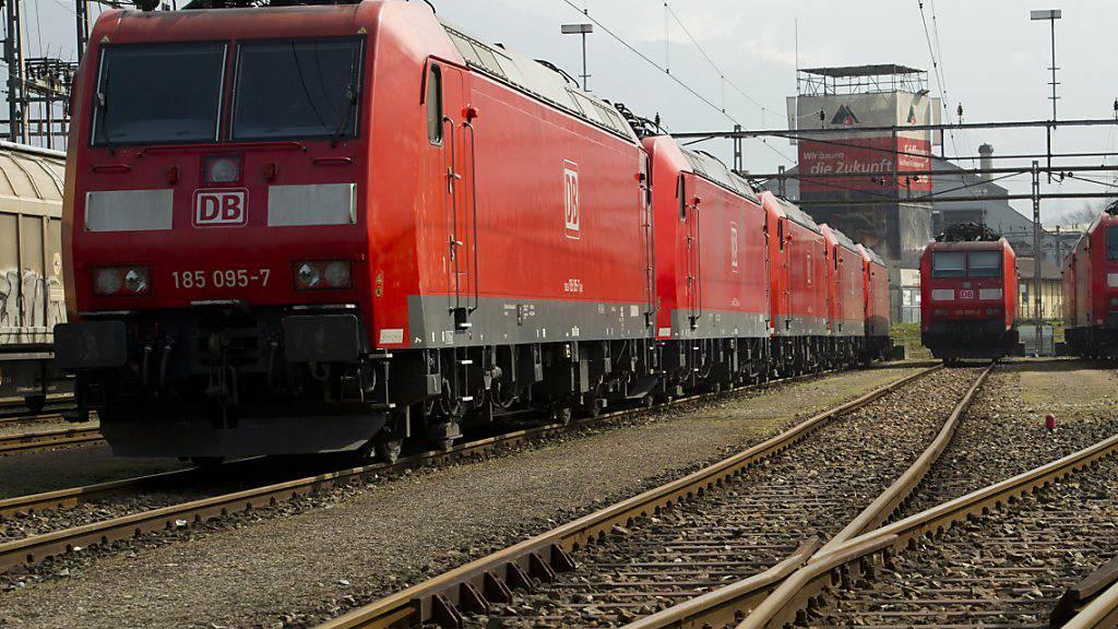 Die Deutsche Bahn will ihre Diesellokomotiven sukzessive durch Zweikraft-Loks ersetzen, die mit Diesel, aber auch mit Strom aus Oberleitungen betrieben werden können. (Archivbild)