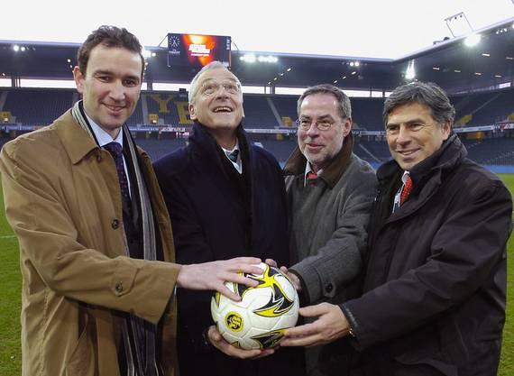 Alexander Tschäppät freu sich mit seinen Kollegen Mark Muller (Genf), Elmar Ledergerber (Zürich) und Christoph Eymann (Basel) im Stade de Suisse Wankdorf über die anstehende EURO 08.