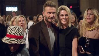 David Beckham posiert für ein Foto während der New York Fashion Week, wo er das Werk seiner Ehefrau Victoria bestaunte.