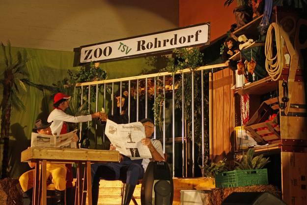 Die Zoowärter füttern den Affen Conchita, der kruz darauf aus dem Köfig ausbrach