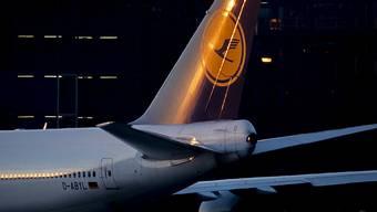 Die Corona-Krise brockt der Lufthansa einen weiteren Milliardenverlust ein. (Archiv)