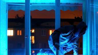 Das Ehepaar hörte etwas im Haus und traf auf den Einbrecher. (Symbolbild)