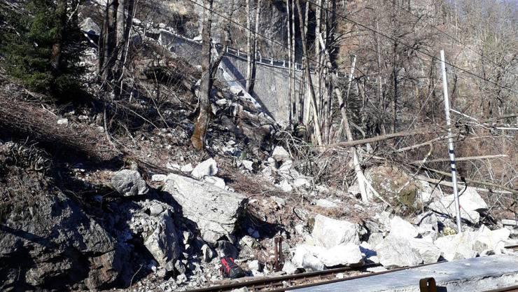 Felsbrocken stürzten in der italienischen Gemeinde Re auf eine Strasse und begruben ein Auto unter sich.
