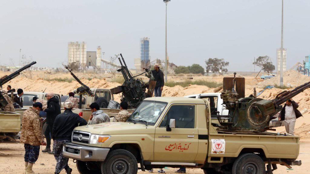 Kämpfer der Einheitsregierung in Libyen setzten ihren Vormarsch auf die IS-Hochburg Sirte fort. (Symbolbild)