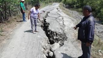 Ein Erdbeben im Süden der Philippinen sorgte bereits am Dienstag für Risse in Strassen. Mindestens sechs Menschen starben. (Archivbild)