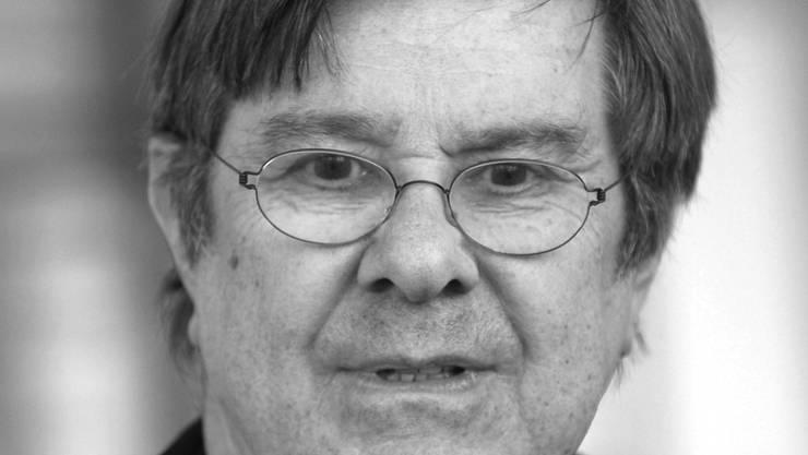 """Gerd Baltus posiert bei Dreharbeiten der Krimikomödie """"Aus Liebe"""" in Hannover. Baltus starb am Freitag im Alter von 87 Jahren in Hamburg, wie am Samstag bekannt wurde. (Archivbild)"""