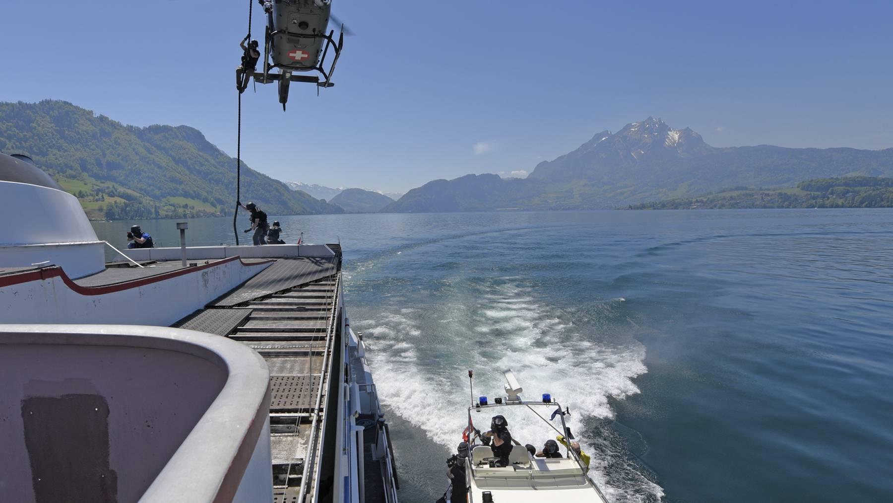 Polizisten vom Helikopter auf Schiff abgeseilt