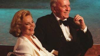 US-Musiker Frank Sinatra (1915-1998) und seine Frau Barbara (1927-2017) an der Feier zum 80. Geburtstag des Stars 1995 in Los Angeles. (Archivbild)