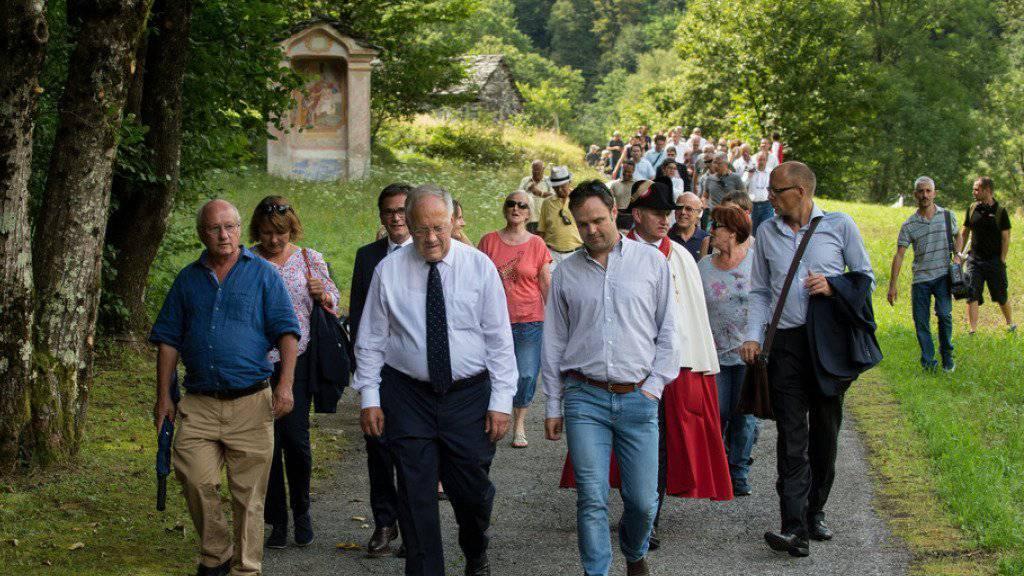 Gute Beziehungen sind wichtig: Bundespräsident Johann Schneider-Ammann (vorne, mit Krawatte) auf einem Spaziergang mit Einheimischen in Lòdano im Maggiatal.