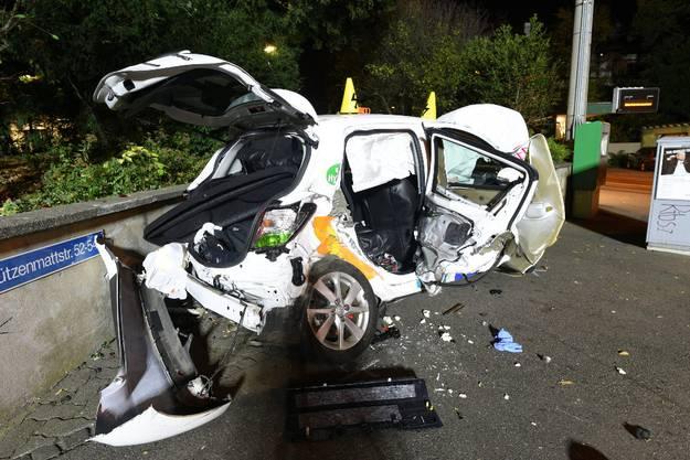 Bei einem Verkehrsunfall zwischen zwei Autos sind am Montagmorgen zwei Personen schwer verletzt worden. Die Insassen des zweiten Fahrzeugs hatten sich vom Unfallort entfernt – später konnten zwei mutmasslich Unfallbeteiligte festgenommen werden.