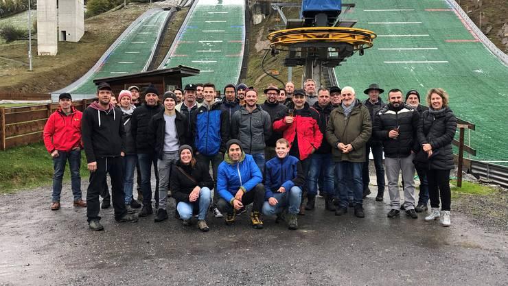 Die Belegschaft der Fluri Holz AG vor der Sprungschanze