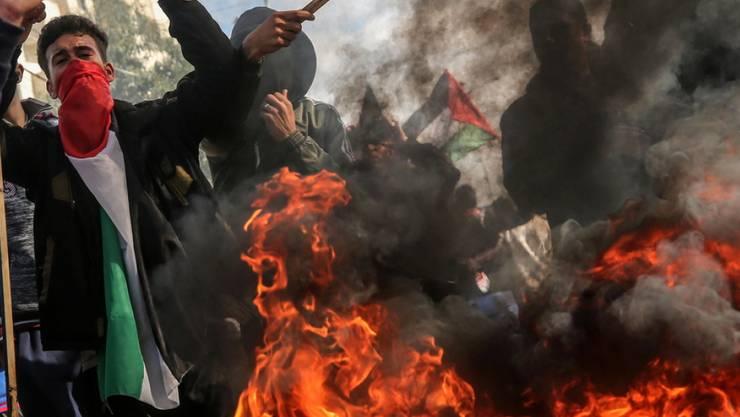 Palästinensische Demonstranten verbrannten am Dienstag Reifen, US-Flaggen und Bilder von US-Präsident Trump.