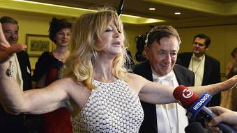 Vergessen die Zicken wie Paris Hilton oder Kim Kardashian: Goldie Hawn (l) gab ihrem Opernball-Gastgeber Richard Lugner (r) keinen Anlass zur Klage.