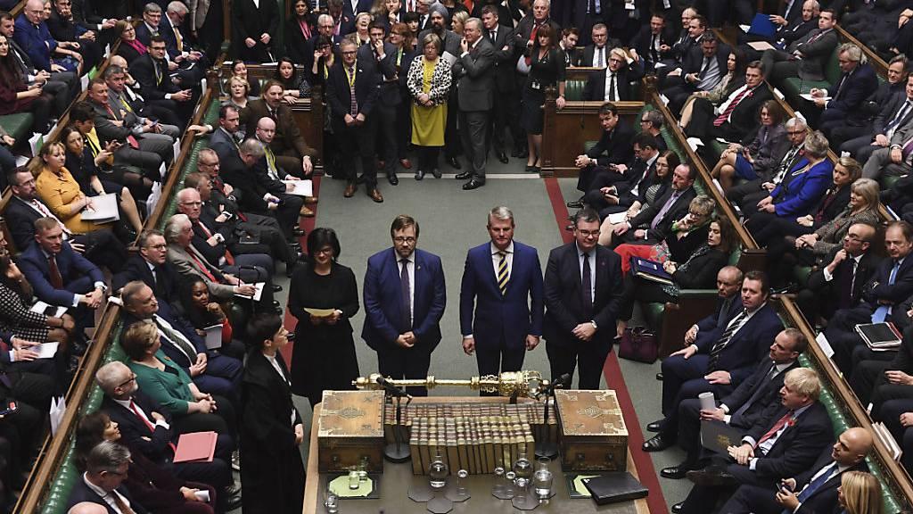 Britisches Parlament stimmt für Neuwahlen am 12. Dezember