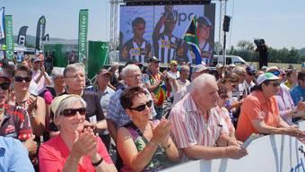 Auch Südafrika war in Gippingen zu Gast. Die Zuschauer applaudieren bei der Vorstellung der Mannschaft MTN-Qhubeka.