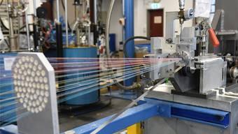 Die Brugg Kabel AG gibt den Geschäftsbereich Fiberoptik an die neue Solifos AG ab. Das Foto zeigt eine Produktionslinie in der Glasfaserkabelproduktion.